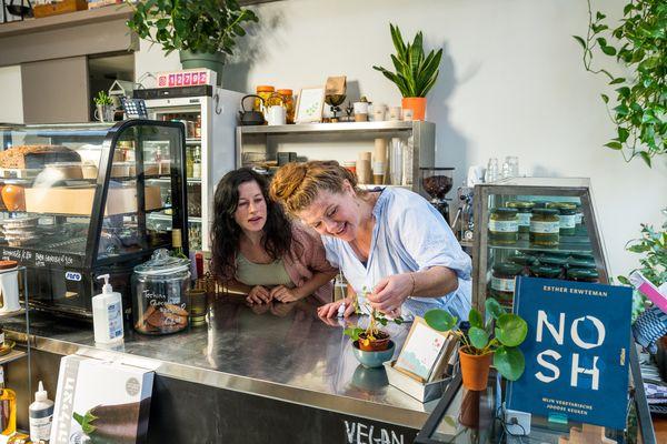 In podcast Esther & Esther aan de kook: de traditionele vs de moderne Joodse keuken