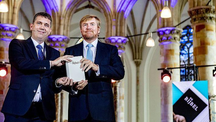 Willem-Alexander neemt eerste exemplaar NBV21 in ontvangst