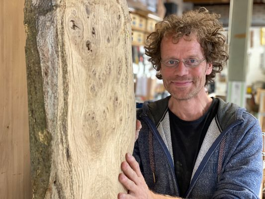 Waarom houtkunstenaar Edward fan is van Nederlands eikenhout