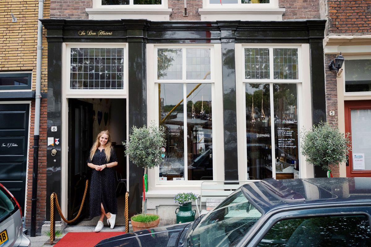 Janou voor haar winkel Vicino Sei